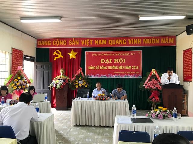 Giám đốc Trần Văn Trung trình bày nội dung Báo cáo Kết quả thực hiện nhiệm vụ SXKD năm 2017 và Kế hoạch SXKD năm 2018
